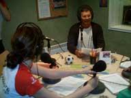 Alfredo en el programa de radio Con Otra Mirada